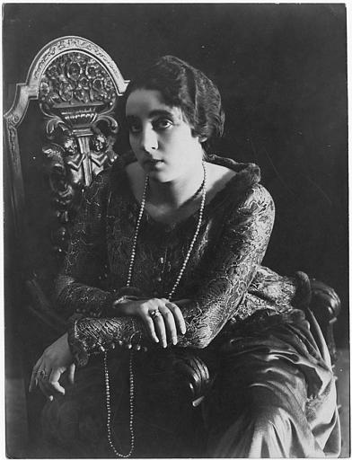 Portrait de Matha Novelly avec un collier de perles en sautoir