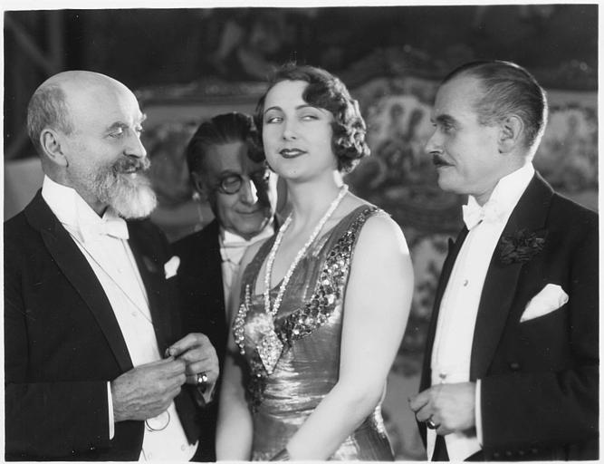 Andrée Lafayette souriant entourée de trois hommes