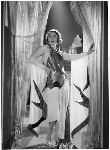 Andrée Lafayette dans l'embrasure d'une porte voilée