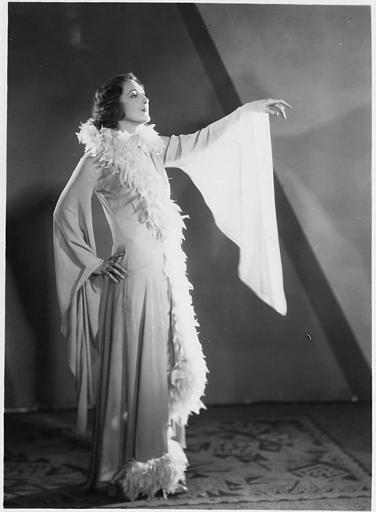 Andrée Lafayette dans une tenue d'intérieur posant