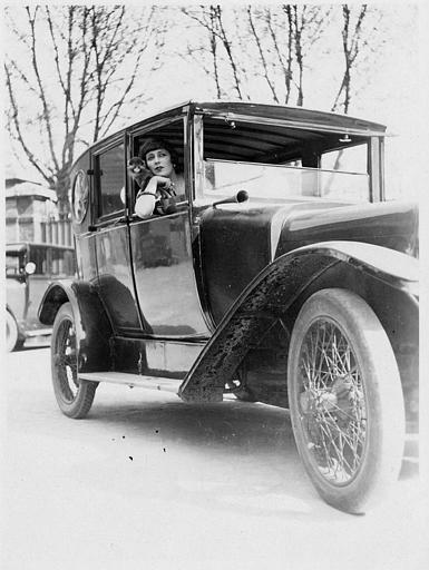 Suzy Pierson, le singe Zizi sur l'épaule dans une voiture