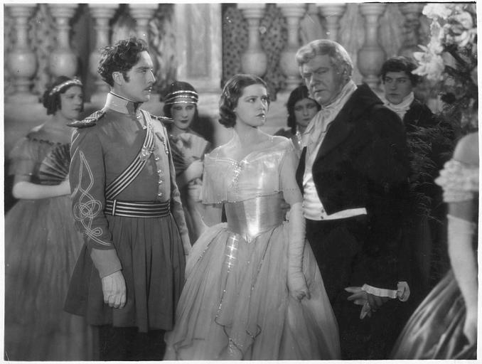 Une femme entourée de deux hommes dans une soirée dans 'Monte Cristo'