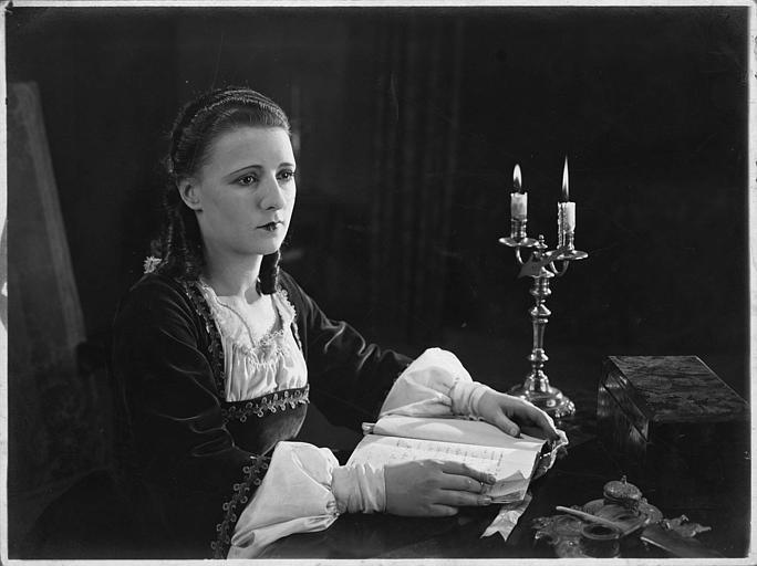 Nilda Duplessy lisant à son bureau