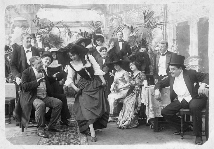 Stacia Napierkowska en costume traditionnel alsacien dansant au milieu d'une assemblée