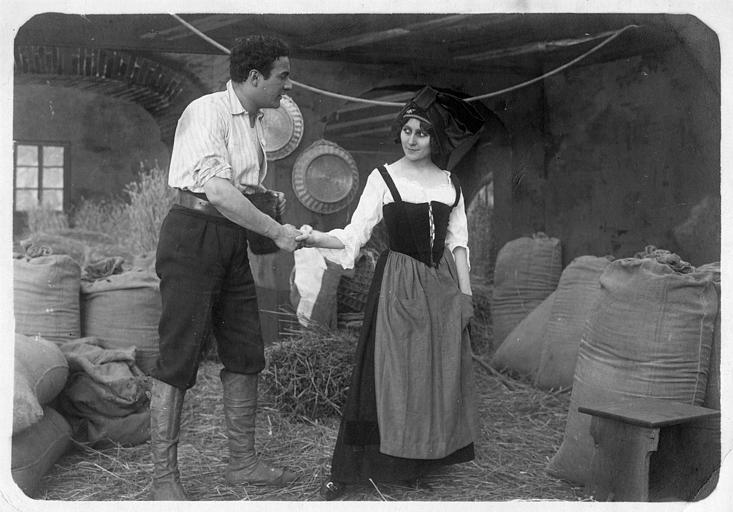 Stacia Napierkowska en costume traditionnel alsacien avec Barri dans une grange