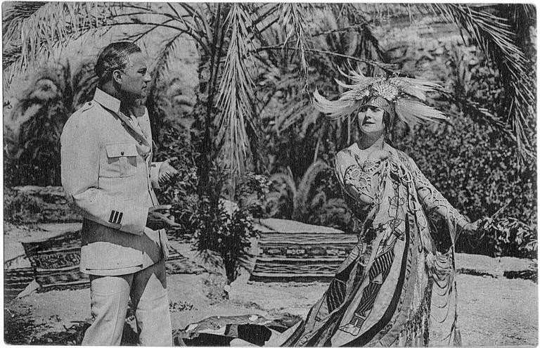 Stacia Napierkowska dans le rôle d'Antinéa en costume exotique et  un officier en décor exotique dans 'L'Atlantide' de Jacques Feyder