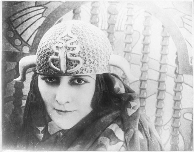 Portrait de la reine Antinéa interprétée par Stacia Napierkowska avec un casque dans 'L'Atlantide' de Jacques Feyder
