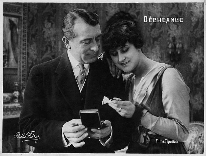 Jeanne Briey et Pierre Magnier regardant un petit objet dans 'Déchéance' de Michel Zévaco (Pathé)