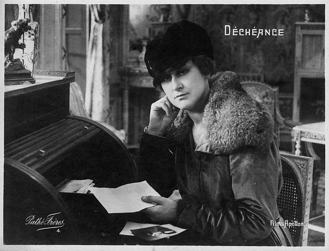 Jeanne Briey lisant une lettre à son bureau dans 'Déchéance' de Michel Zévaco (Pathé)