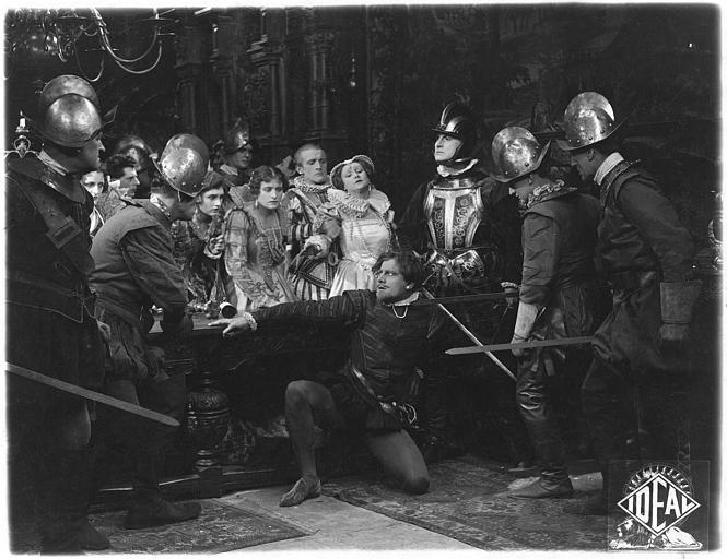 Cohue entre plusieurs personnages autour de Fay Compton dans le rôle de Marie Stuart et René Maupré dans celui de Rizzio à genoux dans 'The Loves of Mary, Queen of Scots' (Ideal Films)