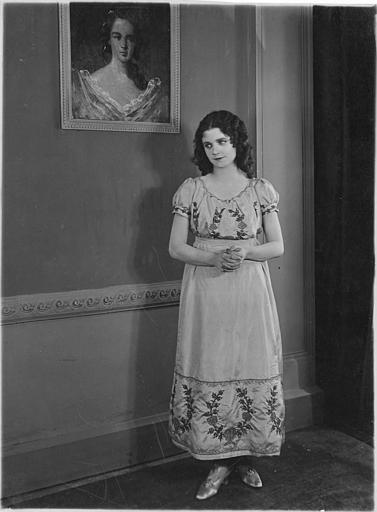 Mary Odette dans le rôle d'Anna Danby devant un portrait en peinture accroché au mur dans 'Kean' d'Alexandre Volkoff