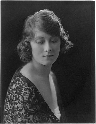 Portrait d'Alma Taylor dans le rôle d'Irma Brian, les yeux presque clos, dans 'Strangling Threads' de Cecil M. Hepworth