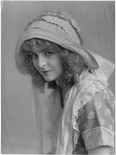 Portrait de Flora Le Breton interprétant June dans 'Love's influence' d'Edward Gordon