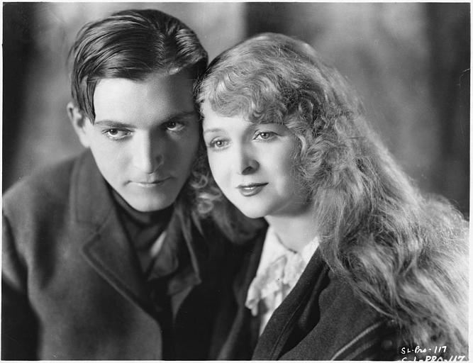 Un couple tête contre tête : Flora Le Breton  interprète Victorine et Charles Emmett-Mack est Tony Bicket dans 'The White Monkey' de Phil Rosen