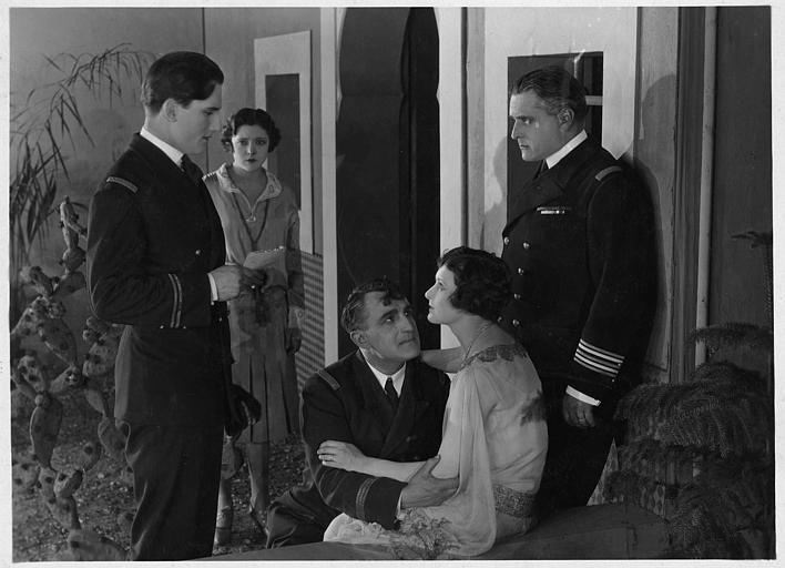 A l'entrée d'une maison, Lilian Hall-Davies qui joue Sonia et Suzy Vernon qui interprète Claire d'Arbères discutent avec trois officiers de marine: Charles Vanel (le Commandant Cartier), Marcel Vibert ( le Commandant d'Arbères) et Raphaël Liévin (Hervé de Kergoët) dans 'Nitchevo' de Jacques de Baroncelli