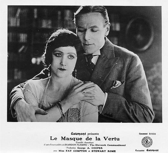 Un couple s'enlaçant : Fay Compton dans le rôle de Ruth Barchester et Stewart Rome dans celui de John Lynton dans 'Le masque de la vertu' de Georges-A. Cooper (Gaumont British)