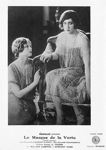 Fay Compton dans le rôle de Ruth Barchester assise au sol avec une femme à ses côtés dans 'Le masque de la vertu' Georges-A. Cooper (Gaumont British)