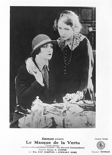 Une femme à table soutenue par une autre debout : Fay Compton dans 'Le masque de la vertu' Georges-A. Cooper (Gaumont British)
