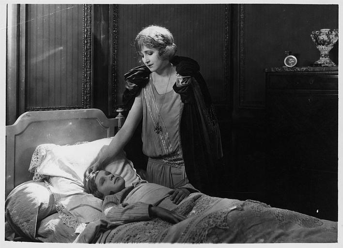 Marjorie Hume dans le rôle de Marion Thornton au chevet de Dick interprété par Leslie Shaw dans 'Les deux gosses' de Louis Mercanton