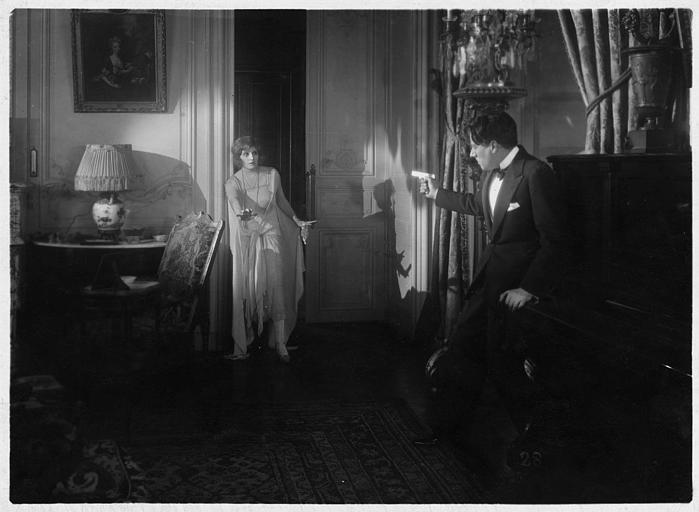 Marjorie Hume dans le rôle de Marion Thornton menacée par Carlyle Blackwell dans le rôle de George Thornton dans 'Les deux gosses' de Louis Mercanton