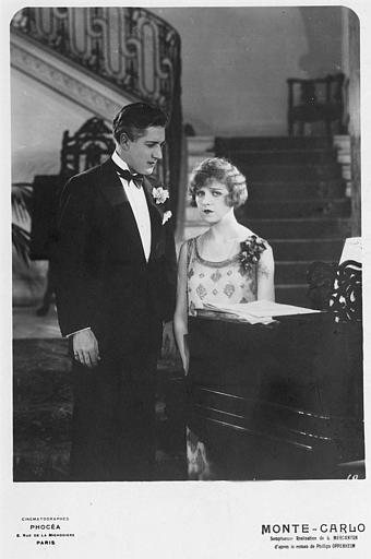 Un couple discutant en bas d'un escalier auprès d'un piano : Betty Balfour dans le rôle de Violette Olivier dans 'Monte-Carlo' de Louis Mercanton (Cinématographes Phocéa)
