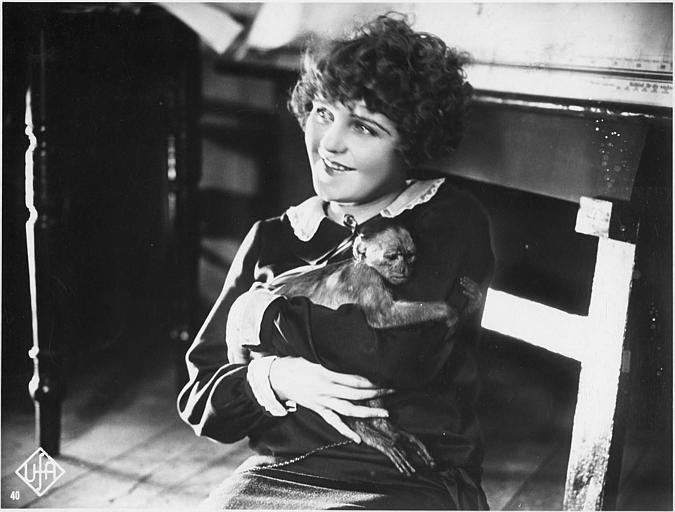 Betty Balfour joue Mizzi portant un petit singe dans ses bras dans 'Die Sieben Töchter der Frau Gyurkovics' de Ragnar Hyltén-Cavallius (UFA)