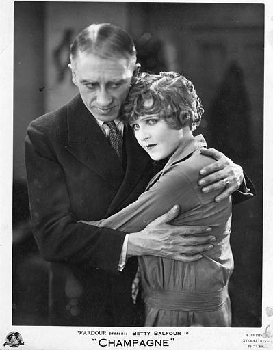 Gordon Harker dans le rôle de Mark, serre sa fille, Betty, interprétée par Betty Balfour, dans ses bras dans 'Champagne' d'Alfred Hitchkock (British International Pictures)