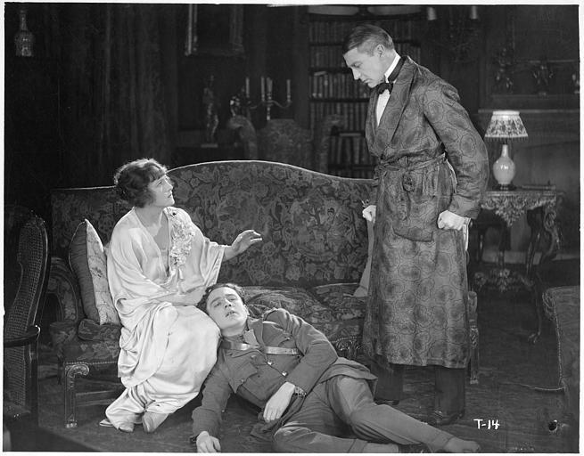Un homme au sol dans un salon entouré de Fay Compton dans le rôle de Rosalie Aubyn et d'un homme en robes de chambre 'This freedom' de Clift Denison (William Fox)