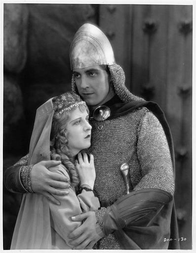 Ramon Novarro interprétant Judah Ben-Hur prend May McAvoy qui joue Esther dans ses bras dans 'Ben-Hur' de Fred Niblo (Metro-Goldwyn-Mayer)
