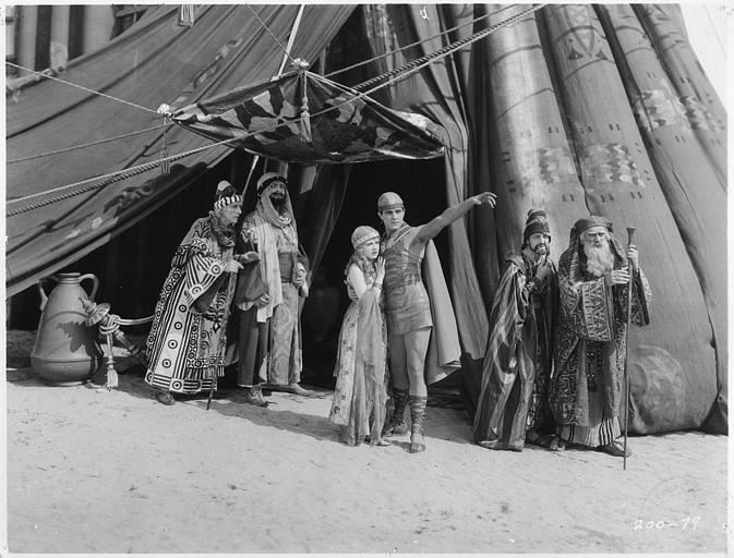 A l'entrée d'une tente, plusieurs personnages, dont May McAvoy, en costumes antiques