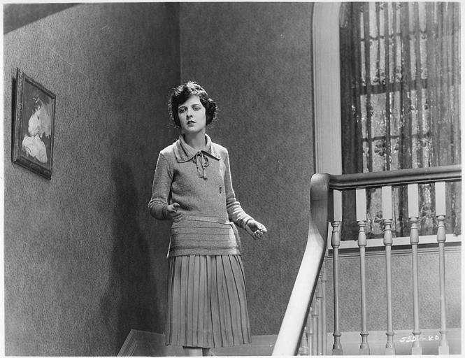 May McAvoy, dans le rôle de Lucy Stanley, descendant un escalier dans 'Only 38' de William DeMille