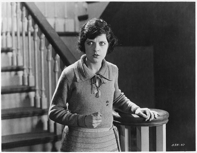 May McAvoy, dans le rôle de Lucy Stanley, en bas d'un escalier dans 'Only 38' de William DeMille