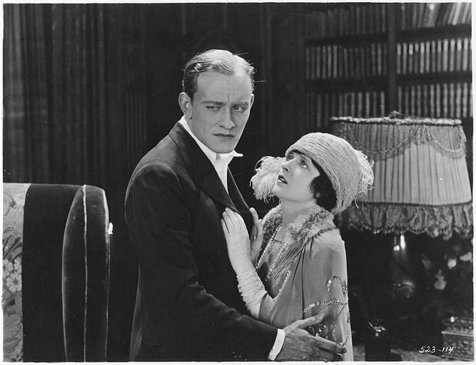 May McAvoy dans le rôle de Virginia Bullivant, les larmes aux yeux, suppliant un homme, qui détourne son regard dans 'Grumpy' de  William C. DeMille