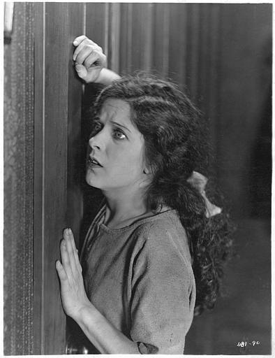 May McAvoy apeurée appuyée contre une porte