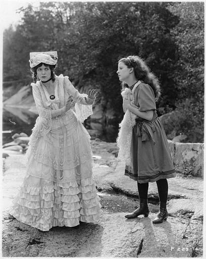 Au bord d'une rivière, Mabel Taliaferro suppliant May McAvoy dans le rôle de Grizel dans 'Sentimental Tommy' de John S. Robertson