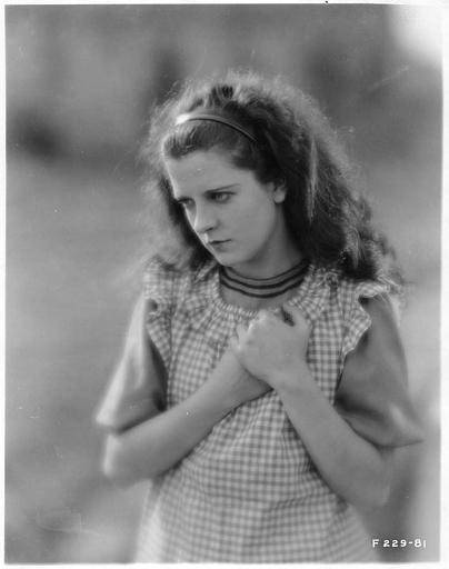 Visage d'une jeune fille portant un tablier à carreaux dans 'Sentimental Tommy' de John S. Robertson