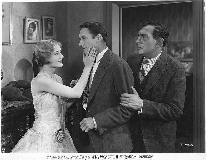Alice Day dans le rôle de Nora caresse la joue du beau William, interprété par Mitchell Lewis, en présence d'un homme ayant un gros nez et le saisissant par le bras : Alice Day et Mitchell Lewis dans 'The way of the strong' de Franck Capra (Columbia)