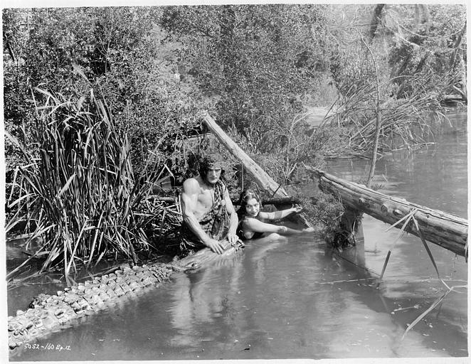 Natalie Kingston dans le rôle de Mary Trevor et Franck Merril dans celui de Tarzan luttant contre un crocodile dans une rivière dans 'Tarzan the mighty' de Jack Nelson (Universal Chapter Play)