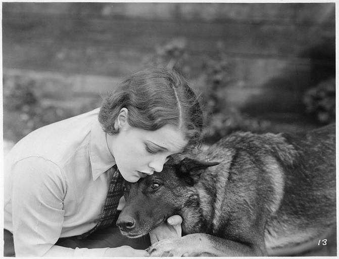 Blanche Mehaffey dans le rôle de Marion Nichols serrant le chien Klondike dans ses bras dans 'Marley the Killer' de Noel-M. Smith