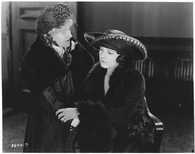 Mabel-Julienne Scott dans le rôle de Betty Hammond et Ruby Lafayette dans celui de Mrs. Hammond sont vêtues de noir et se tiennent les mains dans 'The power of a lie' de Georges Archainbaud