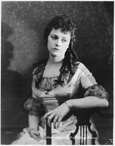 Portrait de Mabel-Julienne Scott dans le rôle de Madeline en costume dans 'Don't Neglect Your Wife' de Wallace Worsley (Goldwyn Pictures)