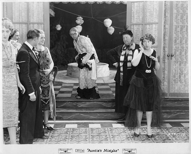 Un personnage en pyjama surpris par plusieurs personnages amusés : Dorothy Devore dans 'Auntie's mistake' (Educational Pictures)