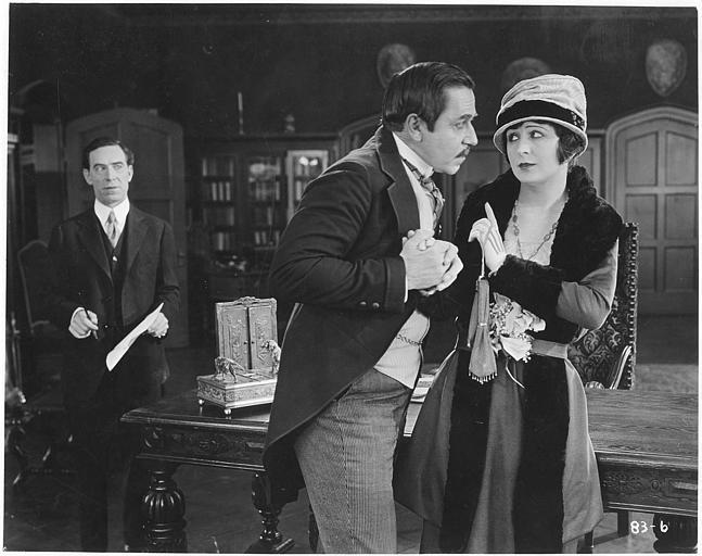 Ethel Grey Terry (dans le rôle de Grace St. Clai)r repousse gentiment Noah Beery (dans le rôle de James Flint) qui lui a saisi la main dans un salon dans 'Heartbalm' de Mark Senett