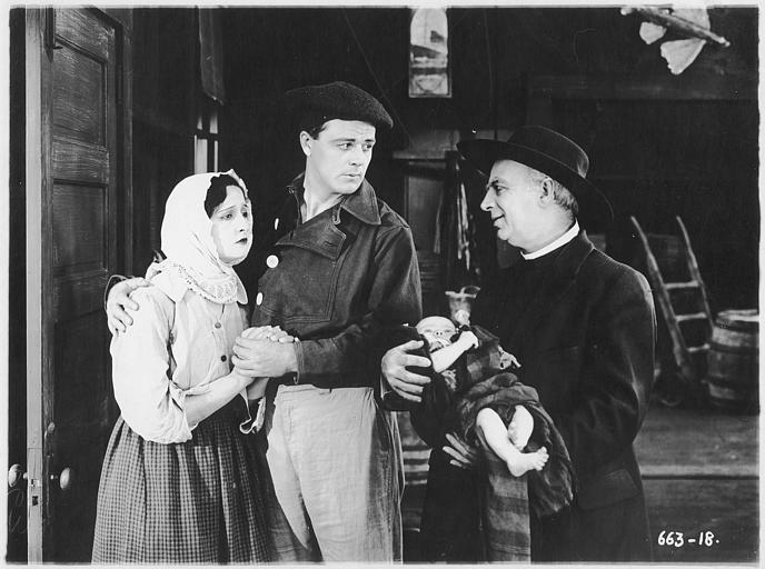 Pete Morrison dans le rôle de Jean Laroque et Rosemary Theby dans le rôle de Judith Bretans avec un bébé dans les bras dans 'Love's pay day' d'E Mason Hopper (Triangle Play, Culver City Studios)