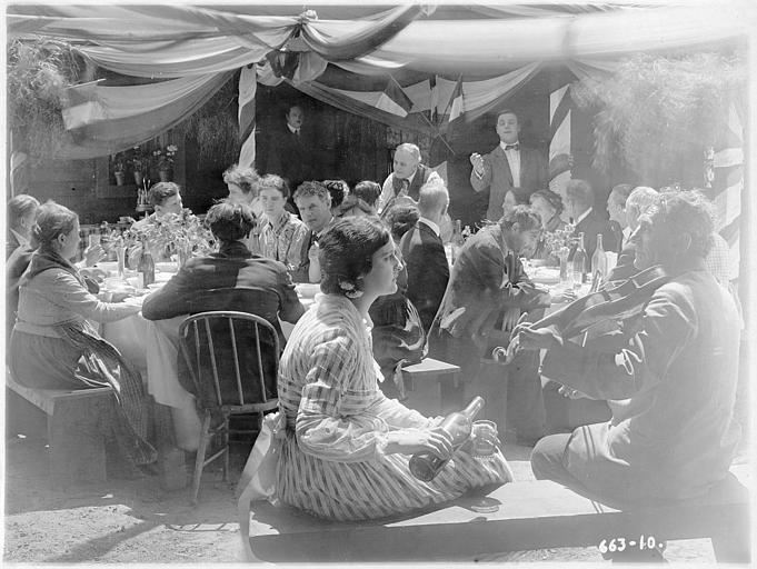 Un banquet en extérieur : Rosemary Theby et  Pete Morrison dans 'Love's pay day' d'E Mason Hopper (Triangle Play, Culver City Studios)