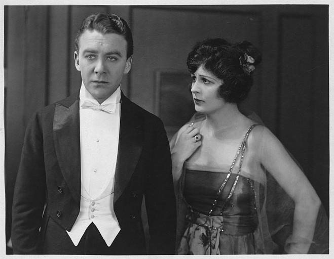 Tom Moore au visage triste et Rosemary Theby à ses côtés
