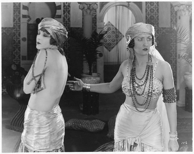 Rosemary Theby est Rayma et Claire Windsor Barbara Barbier dans un harem dans 'A Sultan's Slave' d'Edwin Carewe
