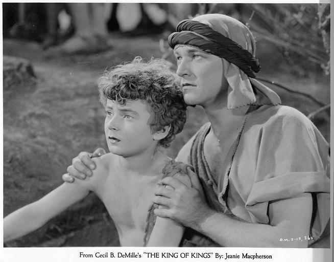 William Boyd dans le rôle de Simon le Cyrénéen tenant les épaules d'une jeune garçon dans 'The King of kings' de Cecil B. DeMille