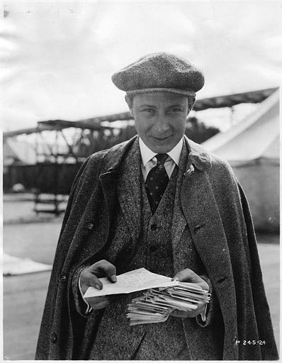 Monte Blue tenant des lettres dans ses mains (Paramount Picture)