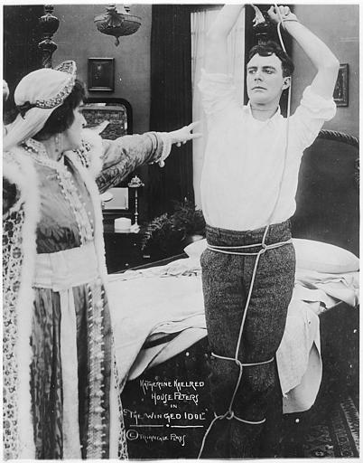 House Peters dans le rôle de Jack Leonard ligoté dans une chambre et désigné du doigt par une femme dans 'The winged idol' de Scott Sidney (Triangle Play)